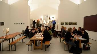 Besucher geniessen die französische Küche in der Brasserie «Saint-Jo», im Hintergrund Werke von Martin Reukauf und Thomas Pihl (ganz rechts). Hansjörg Sahli