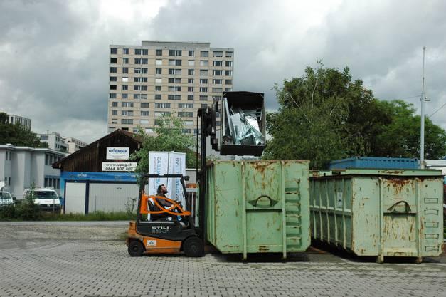 Auf dem Vorplatz werden Container für den Weitertransport beladen.