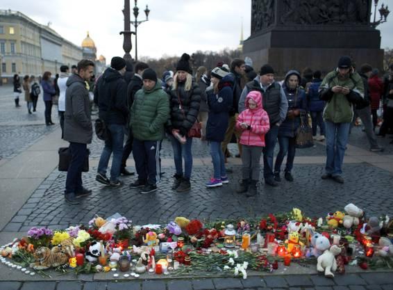 Menschen gedenken den Opfern des Flugzeugabsturzes in Ägypten.