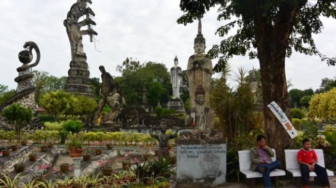 Themenpark Wat Khaek. Die eindrucksvollste Statue zeigt den zukünftigen Buddha, wie er von einer siebenköpfigen Naga, einer Schlange, vor einem Gewittersturm beschützt wird. Foto: Brigitte Gschwend