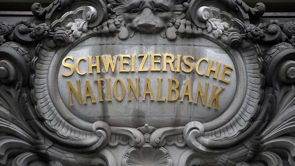 Die Schweizerische Nationalbank (SNB) hält an ihrer bisherigen Geldpolitik fest. Die Notenbank belässt den Leitzins bei -0,75 Prozent und will weiterhin bei Bedarf am Devisenmarkt intervenieren. Der Franken sei nach wie vor «hoch bewertet», hiess es. (Archivbild)