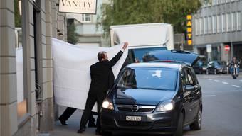 Das Bild, das Mora die Nomination zum Schweizer Pressefotografen des Jahres einbrachte: Ein Fifa-Funktionär wird – bloss von einem weissen Leintuch verdeckt – aus dem Zürcher Luxushotel Baur au Lac abgeführt.
