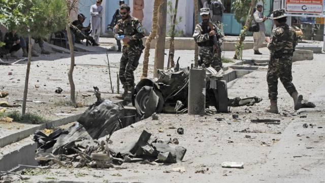 Afghanische Sicherheitskräfte inspizieren Anschlagsort (Archiv)