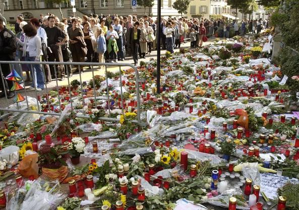 Die Anteilnahme ist riesig Hunderte Personen besuchen den Ort des Schreckens drei Tage nach dem Amoklauf und legen Blumen nieder