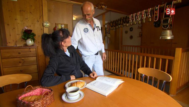 Dänu (53) lockt Jolanda (51) vom Frühstückstisch weg. Was hat er vor?