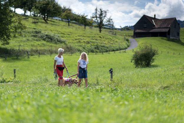 Amy und ihre Mutter Esther Schmid (links) üben auf Spaziergängen mit Autismusbegleithündin Nancy das Führen des Tieres im «Gstältli».