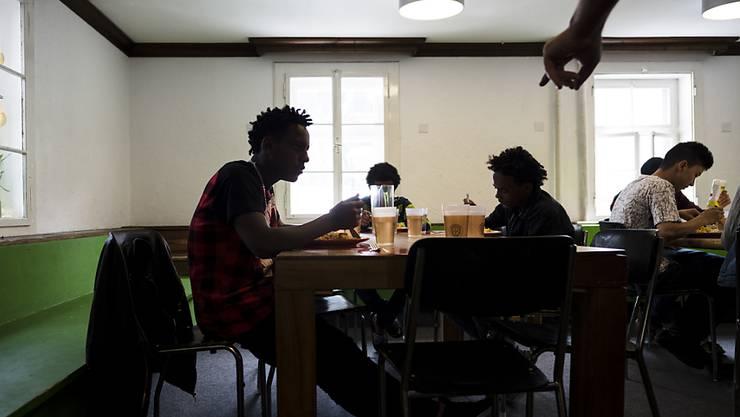 Unbegleitete minderjährige Asylsuchende (UMA) sitzen beim Mittagessen, im Transitzentrum für Asylsuchende in Davos - ein Pilotprojekt soll ihnen angepasste Tagesstrukturen bieten. (Archivbild).