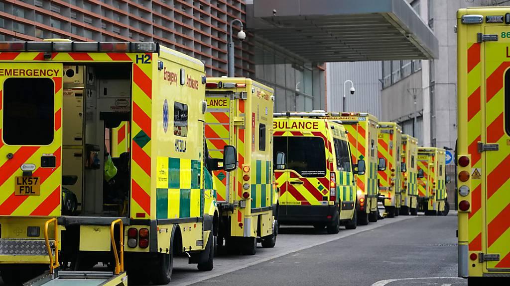 ARCHIV - Krankenwagen parken in der Straße des Royal London Hospital. Foto: Aaron Chown/PA Wire/dpa