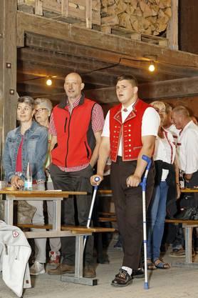 1. Augustfeier Dintikon im Holzhof der Ortsbürgergemeinde: Schwinger Nick Alpiger singt mit der Bevölkerung die Nationalhymne.
