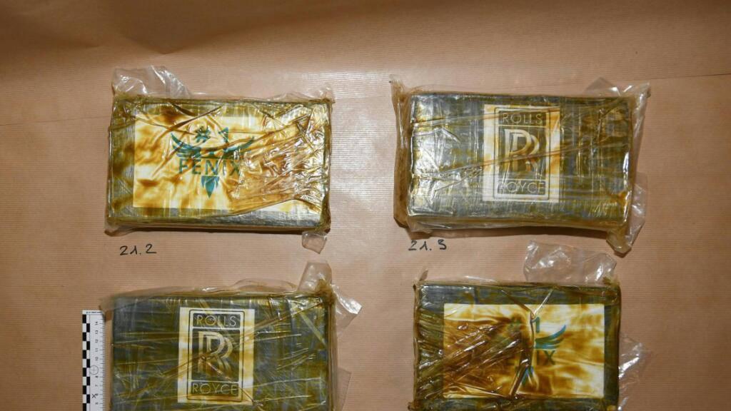 Auf einem Balkon in Hunzenschwil AG stellte die Kantonspolizei Aargau 3998 Kilogramm Kokain sicher.