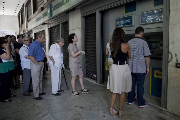 Vor den Banken bilden sich lange Schlangen