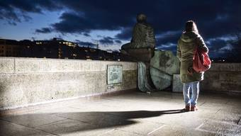 Sarah blickt wie die Skulptur der Helvetia am Basler Rheinufer in eine ungewisse Zukunft. Sie will ihrem Sohn hier ein besseres Leben ermöglichen.