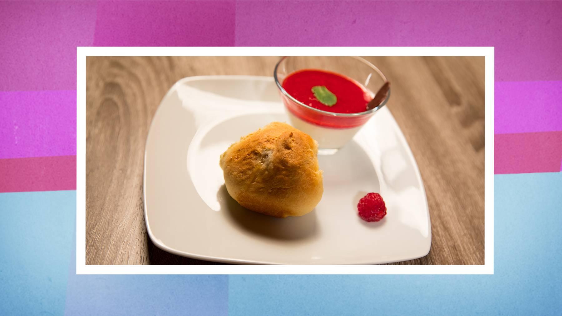 Dessert: Kokos Panna Cotta mit Himbeer-Coulis, Buchteln mit Apfelfüllung.