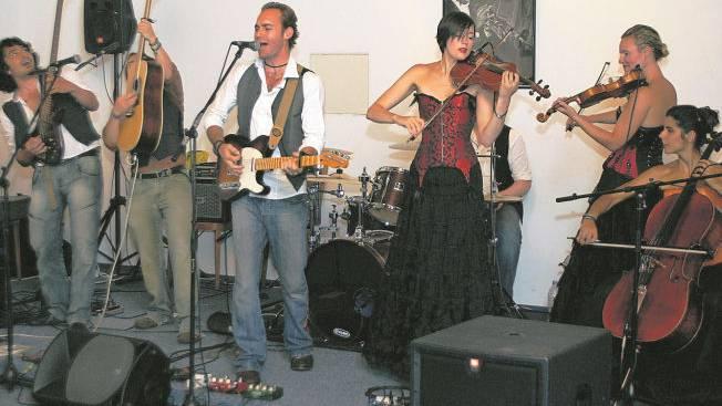 Bandleader Jai Larkans (3. von links), der alle Songs selber schreibt, hat eine aussergewöhnliche Gruppe von Musikern um sich geschart.