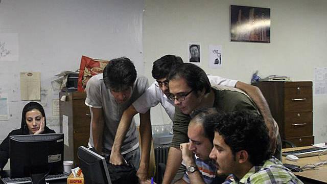 Journalisten der iranischen Zeitung Etemad bei der Arbeit (Archiv)