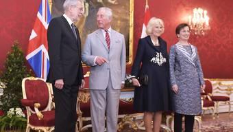 Der britische Thronfolger Prinz Charles (2.v.l.) und seine Ehefrau Herzogin Camilla (3.v.l.) werden bei ihrem Besuch in Österreich von Bundespräsident Alexander Van der Bellen (l.) und seiner Ehefrau Doris Schmidauer (r.) in der Präsidentschaftskanzlei in Wien empfangen.