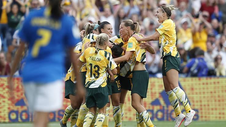 Die Australierinnen freuen sich über ihr Ausgleichstor zum 2:2