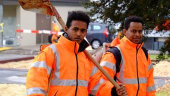 Die beiden Eritreer, Mesgena Mehari (20) (Schaufel, Besen) und Meles Ftsum (25) (v.l.) arbeiten im Projekt jobwärts in Burg mit. Gemeinderätin Ursula Friederich ist Initiantin und aktuell auch Koordinatorin des Gemeindeeignenen Beschäftigungsprojekts für Sozialhilfebezüger.