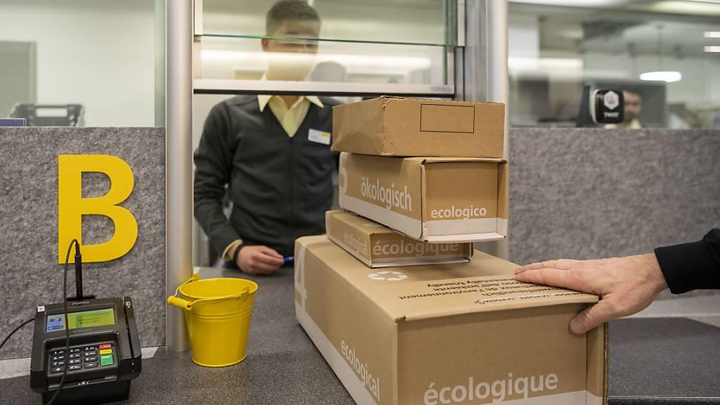 An Spitzentagen im April wurden täglich über 800'000 Pakete verarbeitet. Die Paketzunahme kompensiert aber die negativen Effekte in den anderen Geschäftsbereichen der Post nicht einmal ansatzweise. (Archivbild)