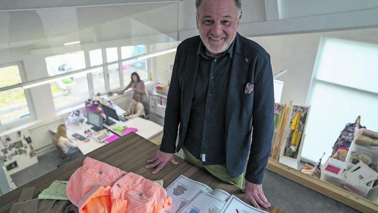 Modeschöpfer Christian Gehrig weiss, wie sich Kleider an die Frau bringen lassen.