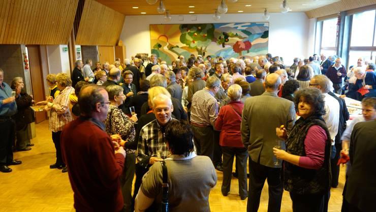 Im Pfarreisaal stossen die Spreitenbacher auf das neue Jahr an