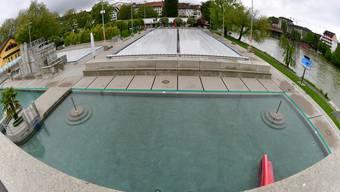 Das 50-m-Becken (Hintergrund) im Strandbad Olten erhält neu eine Auskleidung aus Chromstahl.