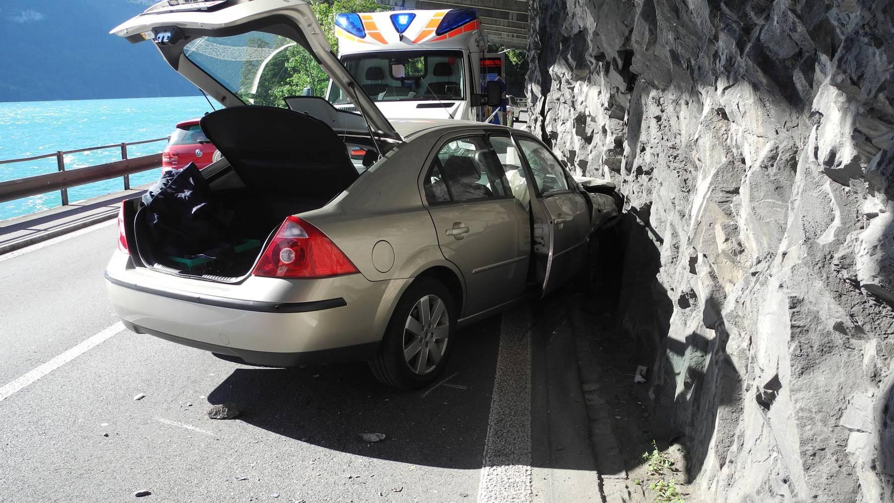 Leicht Verletzte bei Verkehrsunfall auf der Axenstrasse