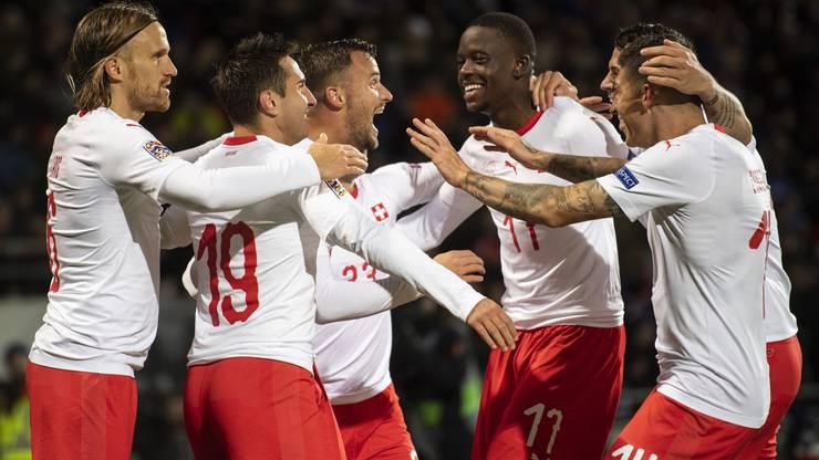 Haris Seferovic und seine Teamkollegen jubeln über das 1:0.
