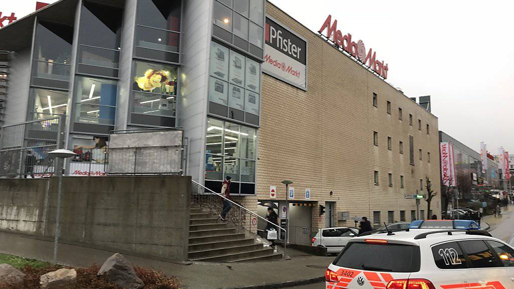 Die Polizei hatte den Ladenkomplex in Pratteln BL nach der Bombendrohung im Dezember 2015 mit Spürhunden durchsucht. (Symbolbild)