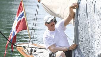 Der royale Segler macht sein Boot bereit: König Harald V. vor der Regatta in Langenargen am Bodensee.