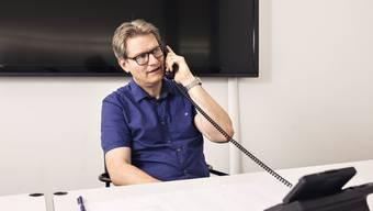 «AZ-Coronatelefon, Fux»: Mit diesen Worten begrüsste Chefarzt Christoph Fux die                                          Anruferinnen und Anrufer. Das Telefon klingelte ununterbrochen.