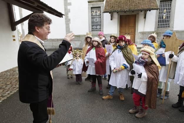 Pfarrer Agnell Rickenmann spricht den Segen