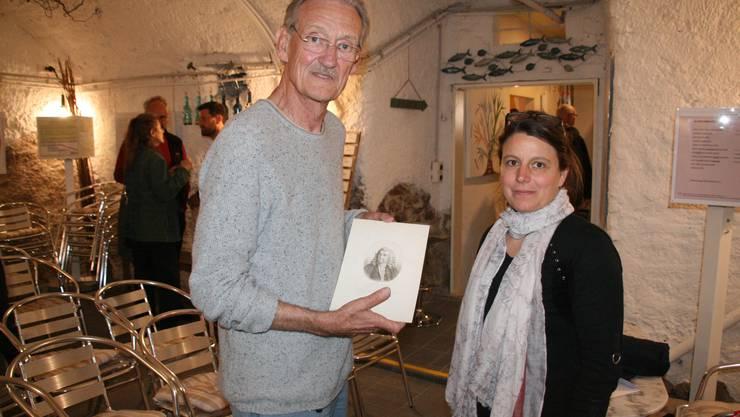 Christian Haller mit Florence Aggeler und einem Bildnis von Albrecht von Haller.