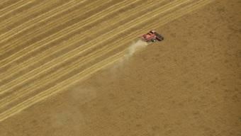 Ein Bauer erntet im US-Bundesstaat Kansas Getreide