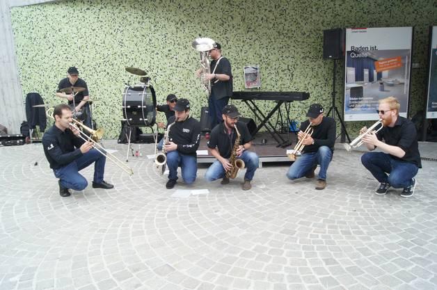 Die Street-Funk-Truppe ED ELASTIC am Schullhausplatz.
