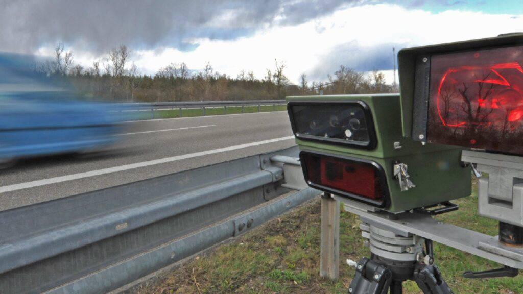 Der Chef der Südregion der Kantonspolizei Graubünden ist zum zweiten Mal wegen zu schnellen Fahrens verurteilt worden (Themenbild).