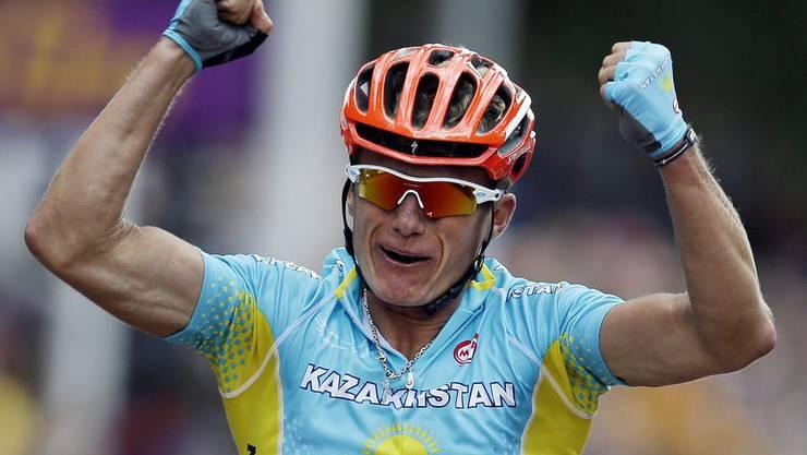 Alexandr Vinokourov jubelt als er als Sieger die Ziellinie überquert