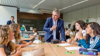 Alex Hürzeler steht in der Kritik wegen der Strategie zur Schulöffnung. Das Bild zeigt beim Schulbeginn 2018 bei einer Klasse der Kreisschule Buchs-Aarau.