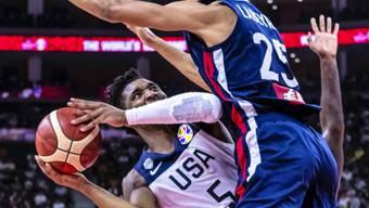 Ein Bild mit Symbolkraft: Die USA (hier Donovan Mitchell/links) mussten gegen Frankreich unten durch