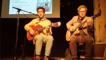 Leadsänger Dino Brandão (links) und Gitarrist Pascal Ammann von Frank Powers umrahmen die Vernissage musikalisch. CM