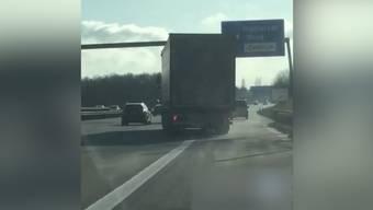 Der Lastwagen machte grosszügige Kurven über die Spuren hinweg, sein Fahrer konnte zum Glück aufgehalten werden.