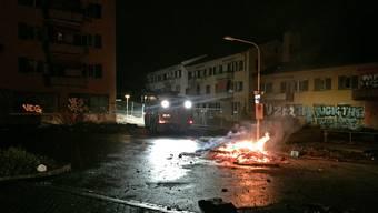 Bis in die Morgenstunden wurden an weiteren Orten Container sowie mehrere laubbedeckte Böschungen in Brand gesetzt