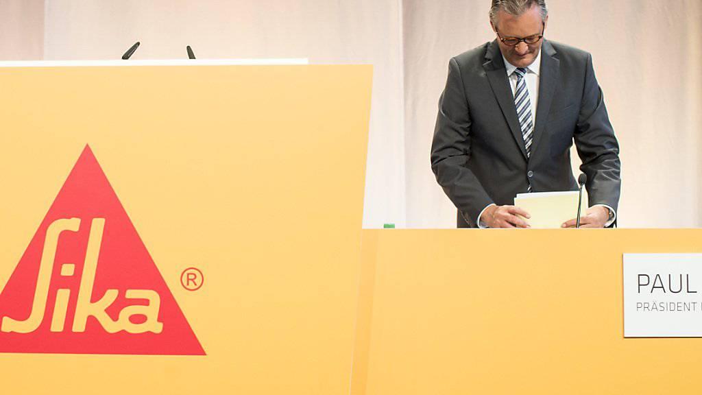 Sika-Präsident Paul Hälg bei der ausserordentlichen Generalversammlung im vergangenen Juli: Die Führung des Industriekonzerns hält an ihrem Kampf gegen die Übernahme durch Saint-Gobain fest. (Archivbild)