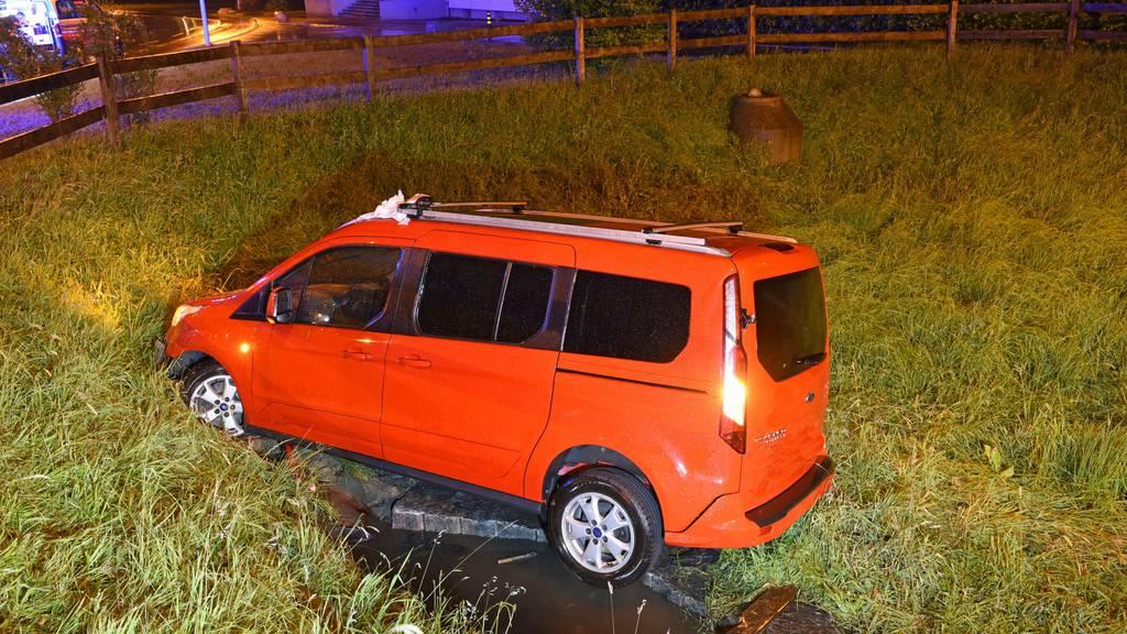 Autofahrer landet kurz nach Mitternacht in Becken