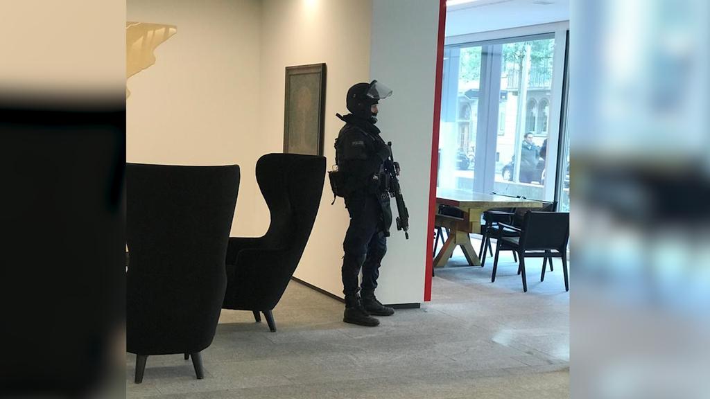 Polizisten in Vollmontur im Ringier-Medienhaus