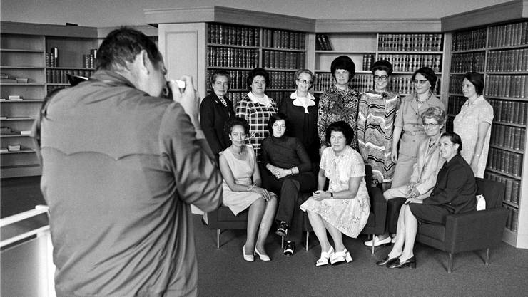 Die ersten Frauen im Bundeshaus: Elisabeth Blunschy, Hedi Lang, Hanny Thalmann, Helen Meyer, Lilian Uchtenhagen, Josi Meyer, Hanna Sahlfeld (stehend v.l.), Tilo Frey, Gabrielle Nanchen, Liselotte Spreng, Martha Ribi und Nelly Wicky (sitzend) in einer Aufnahme vom Juli 1972.