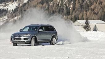 Fahrtraining: In speziellen Winterkursen lernen Autofahrer, wie ihr Auto sich bei Schnee oder Eis verhält. (ho/Vittorio Stasi)