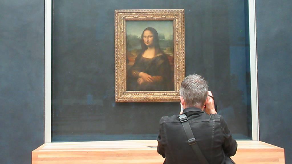 Ein Besucher des Louvre fotografiert die «Mona Lisa» von Leonardo da Vinci.