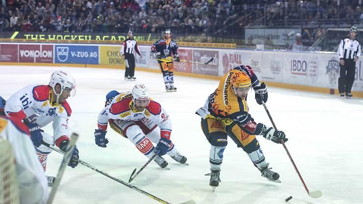 Traf zum 5:4 für Zug gegen Kloten, dennoch wurden Lino Martschini (rechts) und Co. von Bern als Leader abgelöst