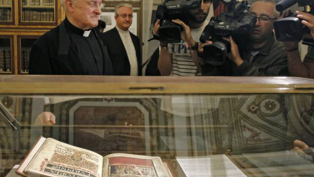 Replika des Jakobsbuchs in Santiago de Compostela (Archiv)